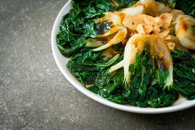 Repolho chinês bebê com molho de ostra e alho - estilo de comida asiática