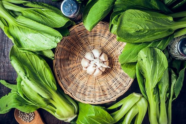 Repolho chinês fresco ou vegetal de bok choy no fundo de madeira da tabela.