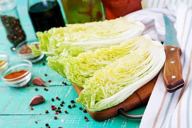 Repolho chinês. preparação de ingredientes para o repolho kimchi. cozinha tradicional coreana.