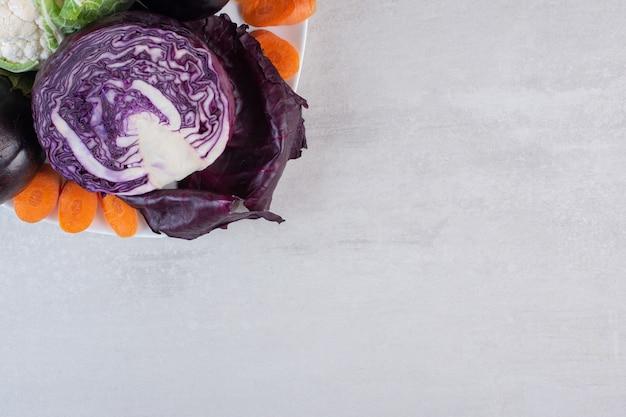Repolho, couve-flor, berinjela na chapa branca. foto de alta qualidade