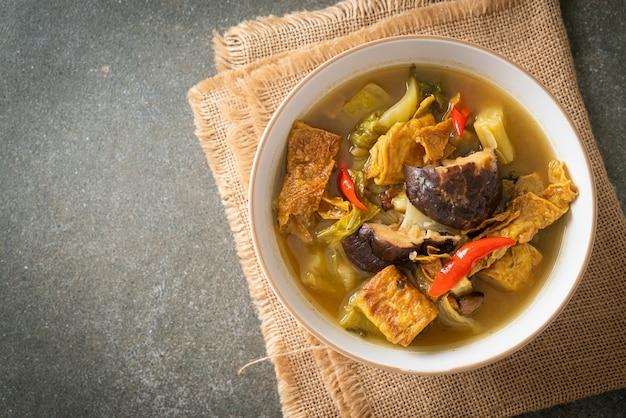 Repolho cozido em conserva e sopa de cabaça amarga - estilo de comida asiática, vegana e vegetariana