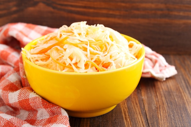 Repolho de salada e cenoura com alho