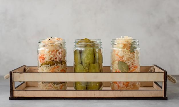 Repolho em conserva caseiro e pepino em um conceito de comida em conserva de legumes em caixa de madeira