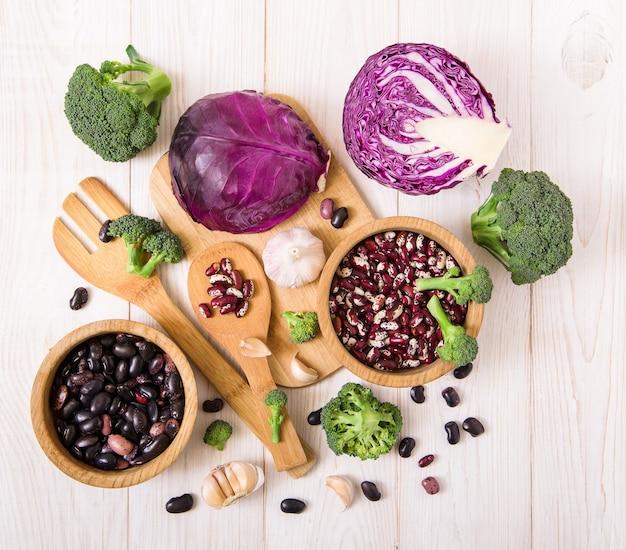 Repolho fresco, brócolis, alho e feijão.