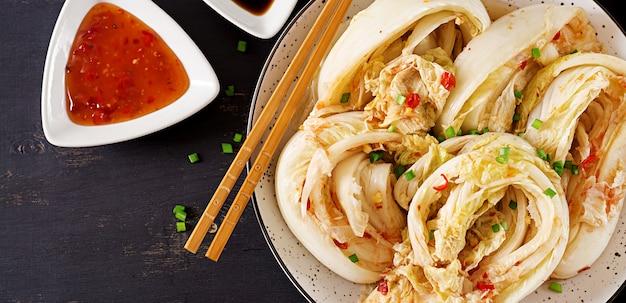 Repolho kimchi em uma tigela