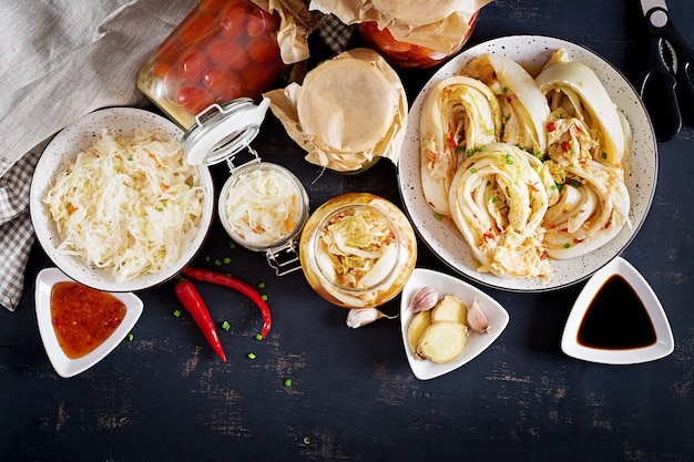 Repolho kimchi, tomates marinados e chucrute de potes de vidro azedo