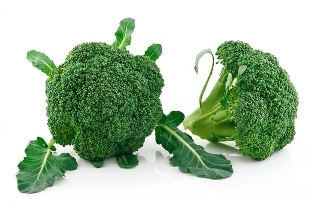 Repolho maduro brócolis isolado no fundo branco