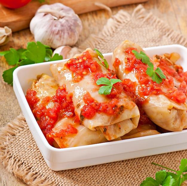 Repolho recheado com molho de tomate, decorado com salsa