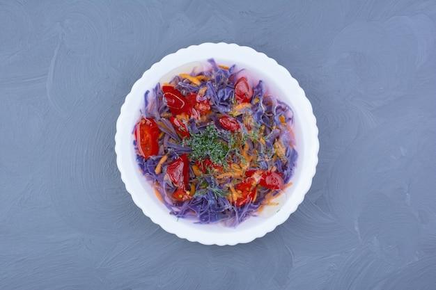 Repolho roxo e molho de pimenta vermelha em uma tigela branca