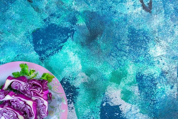 Repolho roxo e salsa em um prato
