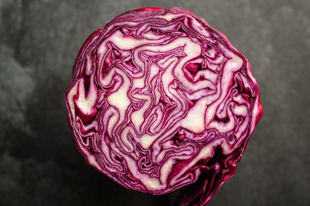 Repolho roxo, salada saudável de vegetais crus (salada de repolho, lanche delicioso ou repolho azul)
