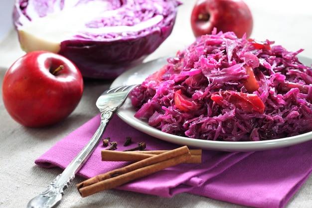Repolho vermelho picante estufado com maçãs