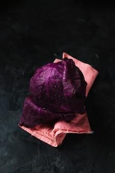 Repolho vermelho saboroso com vista alta de orvalho