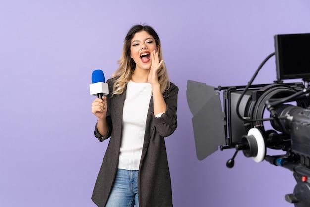 Repórter adolescente segurando um microfone e relatando notícias