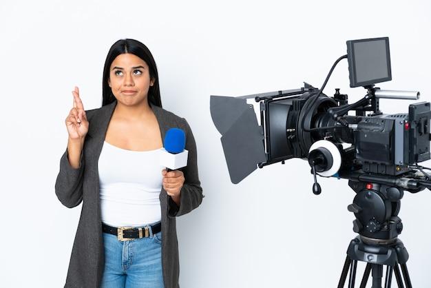 Repórter colombiana mulher segurando um microfone e reportando notícias em branco