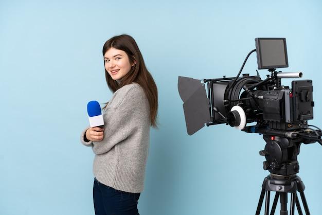Repórter jovem mulher segurando um microfone e reportar notícias rindo