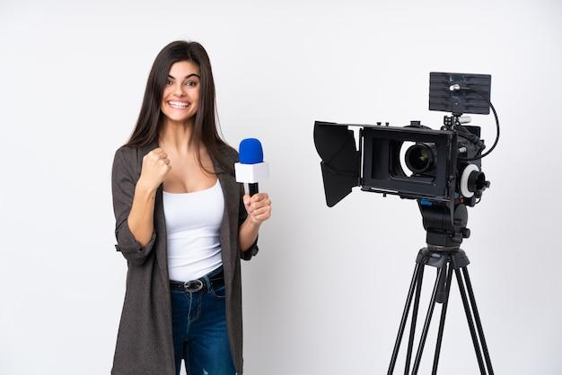 Repórter mulher segurando um microfone e relatando notícias comemorando uma vitória