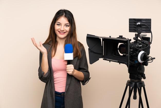 Repórter mulher segurando um microfone e relatando notícias sobre parede infeliz e frustrada com algo