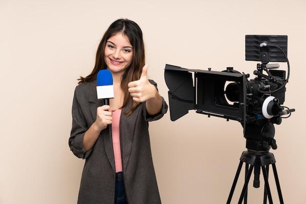 Repórter mulher segurando um microfone e reportar notícias sobre parede dando um polegar para cima gesto