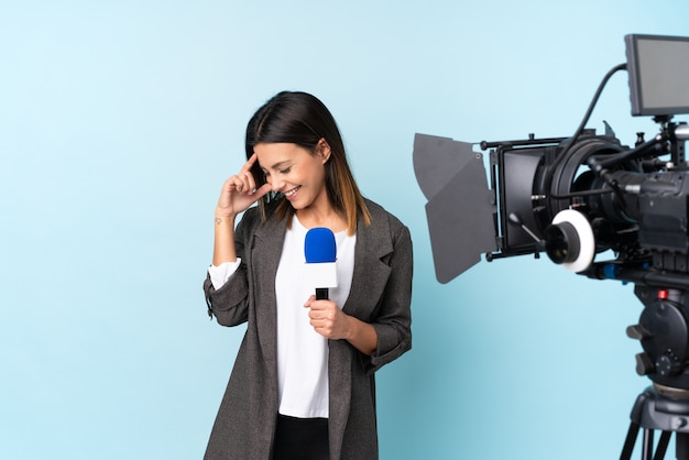 Repórter mulher segurando um microfone e reportar notícias