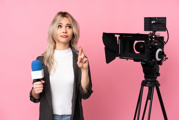Repórter mulher sobre parede isolada