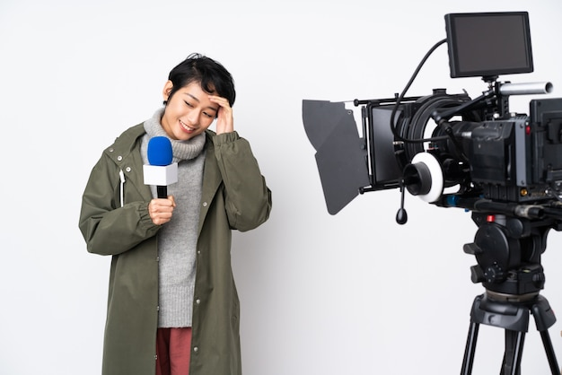 Repórter vietnamita mulher segurando um microfone e relatando notícias rindo