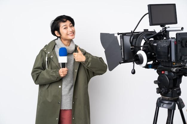 Repórter vietnamita mulher segurando um microfone e reportar notícias dando um polegar para cima gesto