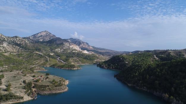 Represa gecitkoy dagdere com águas turquesas perto de kyrenia, chipre do norte.