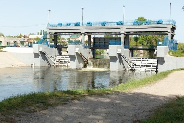 Represa pequena represa no rio kharkov na cidade de kharkov