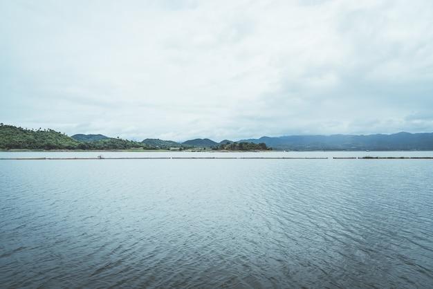 Represa srinagarind com céu nublado em kanchanaburi