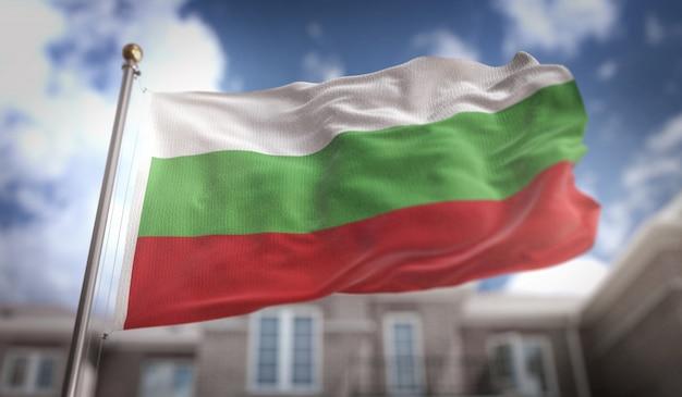 Representação 3d da bandeira da bulgária no fundo do edifício do céu azul