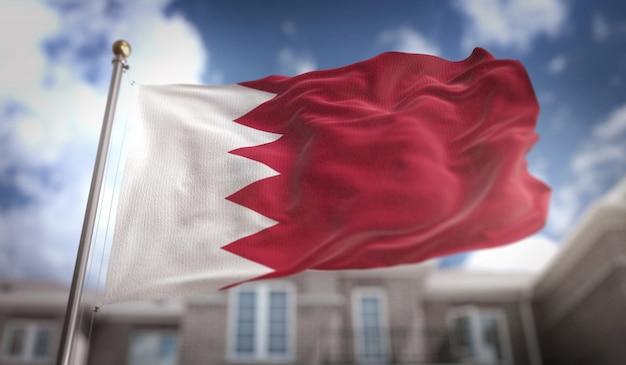 Representação 3d da bandeira de bahrein sobre o fundo do edifício do céu azul