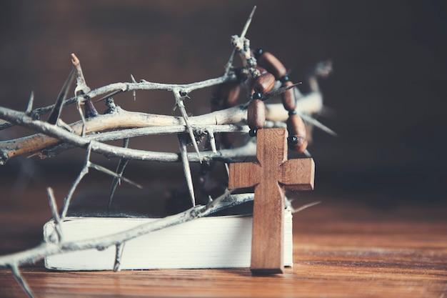 Representação da coroa de espinhos e da cruz