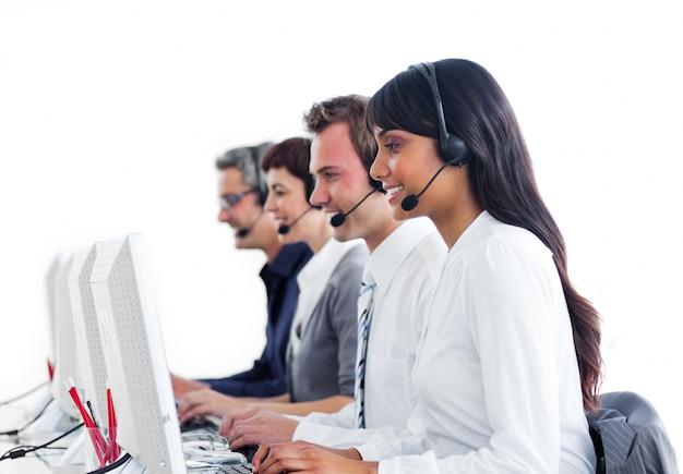 Representantes concentrados de atendimento ao cliente com fone de ouvido