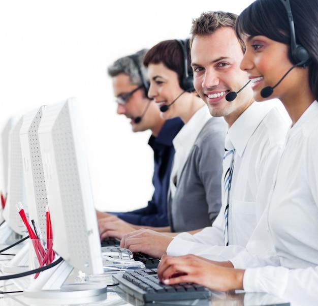 Representantes confiáveis de atendimento ao cliente com fone de ouvido