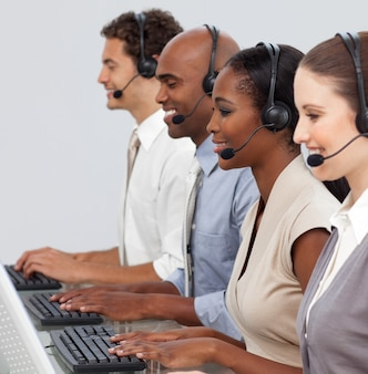 Representantes empresariais do cliente em seu computador
