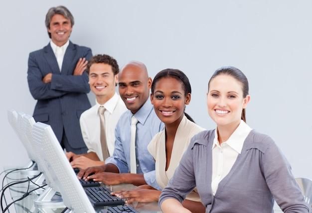 Representantes felizes de atendimento ao cliente em um call center