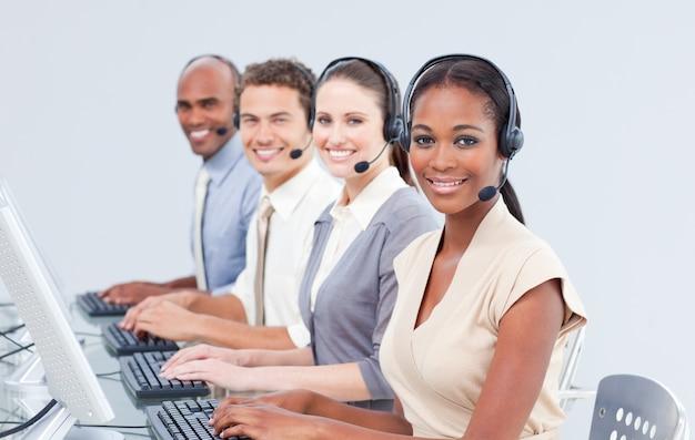 Representantes internacionais de atendimento ao cliente usando fone de ouvido