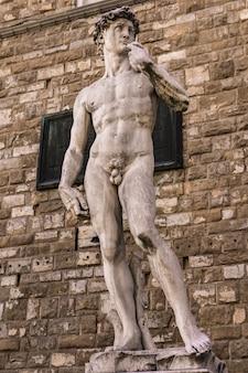 Reprodução da estátua de david de michelangelo em frente ao palazzo vecchio em florença, itália