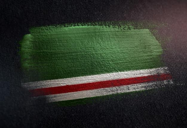 República chechena de ichkeria bandeira feita de tinta de pincel metálico na parede escura de grunge