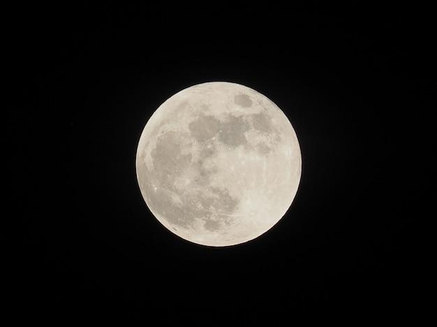 República dominicana. feche acima da vista de uma lua cheia.