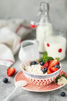 Requeijão com morangos frescos e leite no café da manhã.