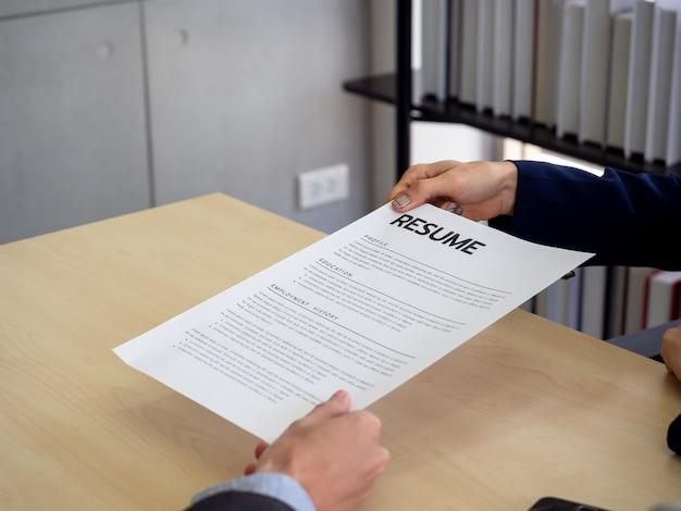 Requerente em processo de entrega de currículo ao empregador para revisão do perfil
