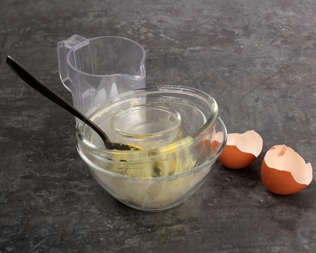 Rescaldo preparação do cozimento tigela suja e casca de ovo na cozinha