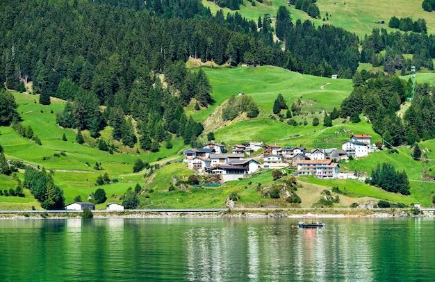 Reschensee, um lago artificial no tirol do sul, nos alpes italianos