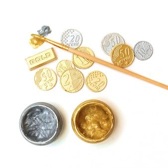 Reserva de ouro. conceito. lingotes, moedas, pincel, latas de tinta de ouro e prata
