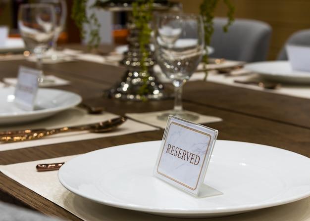 Reserva em uma mesa de jantar no restaurante