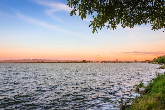 Reservatório na represa de pa-sak jolasid river no crepúsculo do alvorecer, lopburi, tailândia.