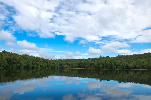 Reservatório natural na selva com paisagem bonita do céu na tailândia