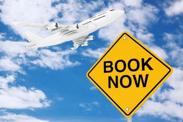 Reserve agora o sinal de trânsito com o avião do passageiro white jet em um fundo de céu azul. renderização 3d